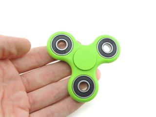 Fidget spinners: Η σβούρα που έχει ξετρελάνει τη νεολαία