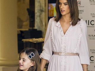 Alessandra Ambrosio: Η ασορτί ροζ εμφάνιση με την κόρη της!