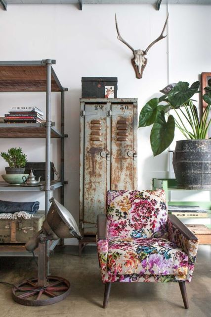 Επιλέξτε μια vintage καρέκλα και τοποθετήστε τη σε ορατό σημείο