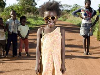 Φωτογραφίες παιδιών από όλο τον κόσμο με τα παιχνίδια τους